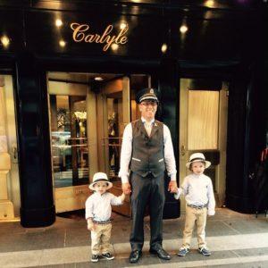 Μικροί καλεσμένοι με τον Doorman του θρυλικού ξενοδοχείου Carlyle στη Νέα Υόρκη, μέλος της οικογένειας ξενοδοχείων Rosewood