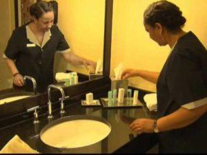 Οι καθαρίστριες του ξενοδοχείου παροτρύνονται να είναι οπτικά ευαίσθητες